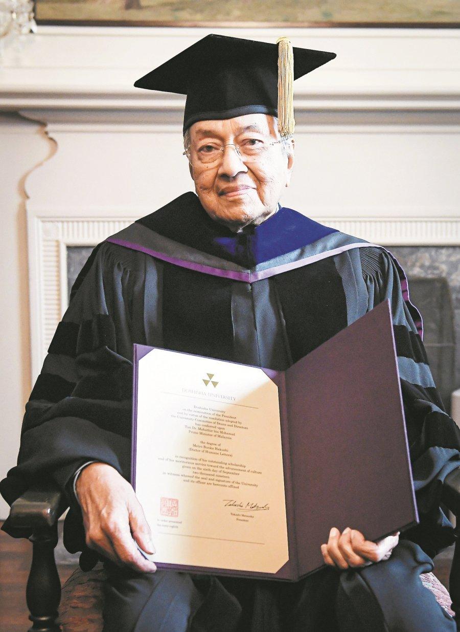 日本同志社大学表扬贡献 敦马获颁人文学荣誉博士
