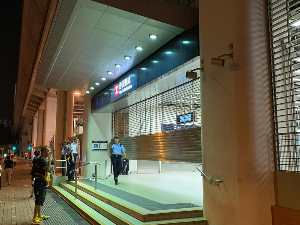 【修例风波】市民聚集大埔站及沙田站 警员到场戒备