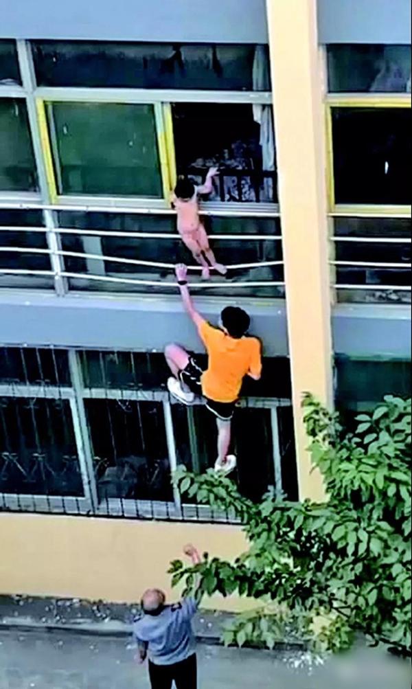 家中无人两岁半男童爬出窗户坠楼 幸被一高三学生抱住