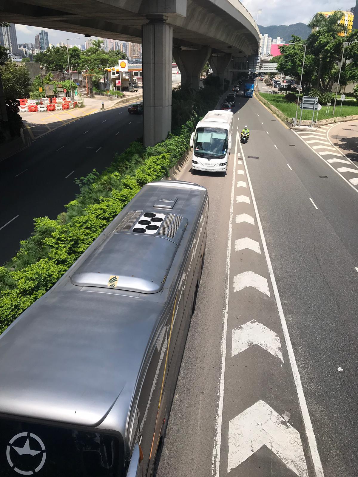 【修例风波】不满示威活动影响司机生计 多辆旅游巴慢驶游行抗议