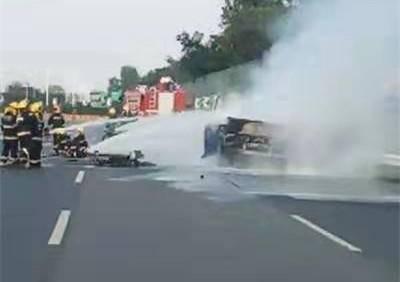 行驶中被告知车辆失火 经扑救还是烧成了空壳