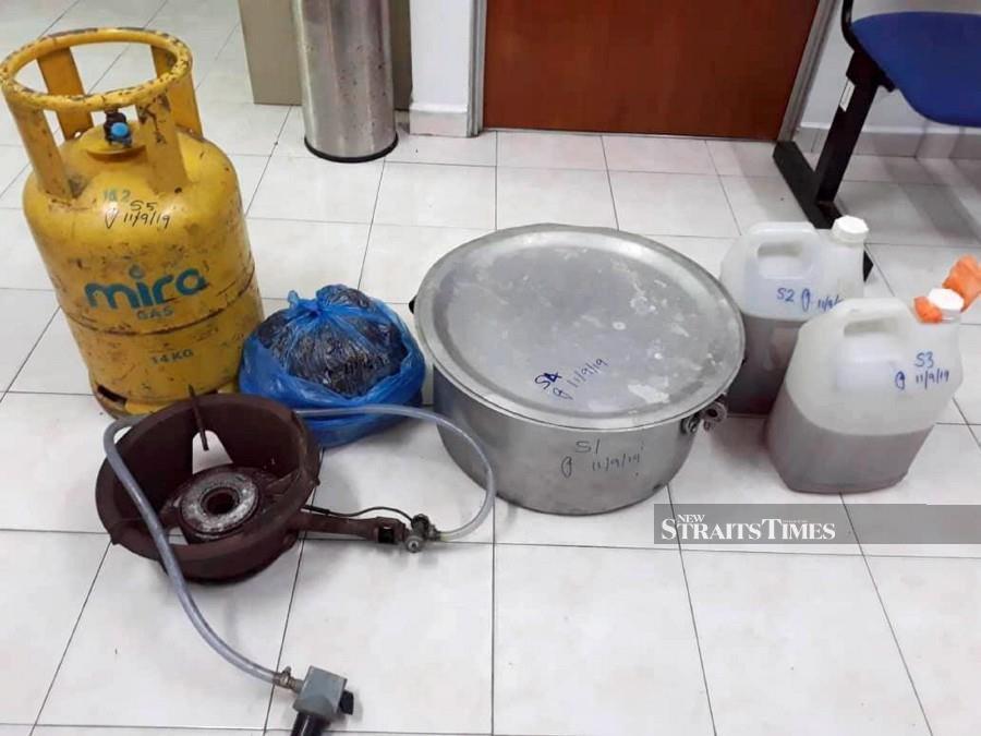 Prison warden arrested for processing ketum leaves
