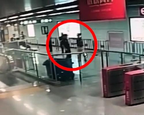 深圳男子搭地铁拒安检 樽装饮料灌安检员口