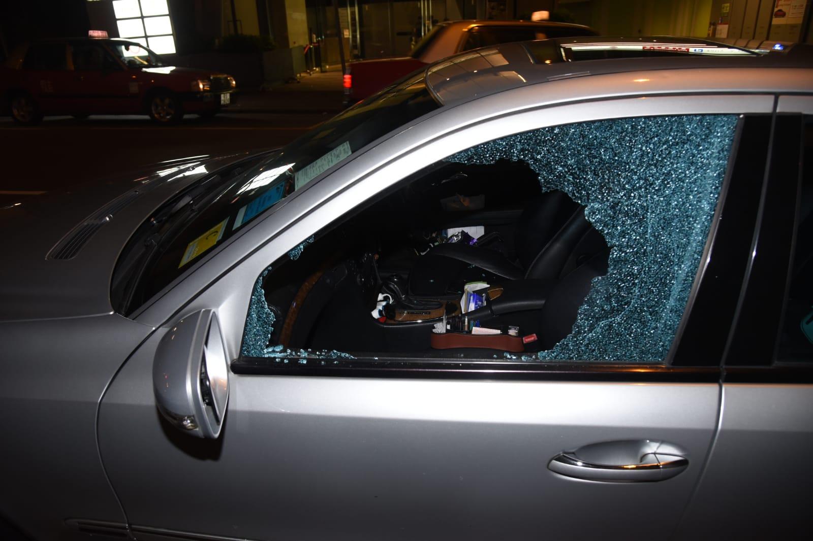 马会标志Banz泊路边 前座乘客位车窗被打爆