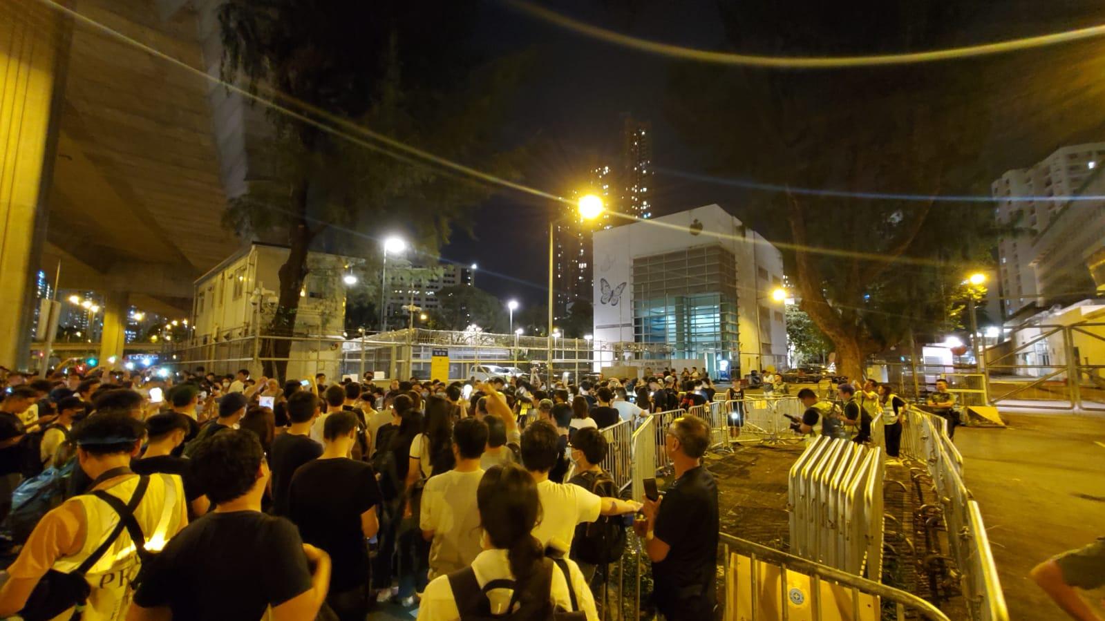 【修例风波】过百人荔枝角声援被捕示威者 镭射笔照向收押所