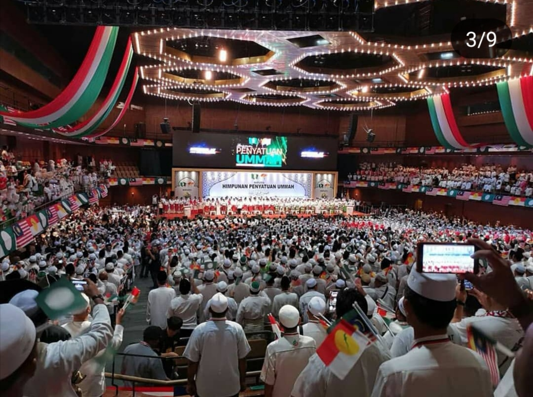 Thousands throng PWTC to witness signing of Umno-PAS pact