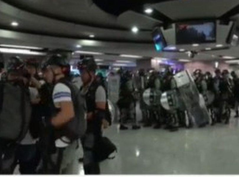 【修例风波】防暴警铜锣湾站外戒备 怡和街一度举蓝旗