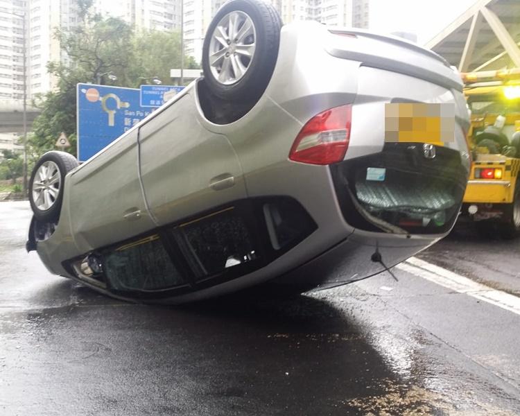私家车龙翔道失事反肚 男乘客受伤被困