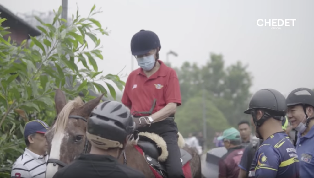 Dr Mahathir dons face mask to go riding at UPM Equine Centre (VIDEO)