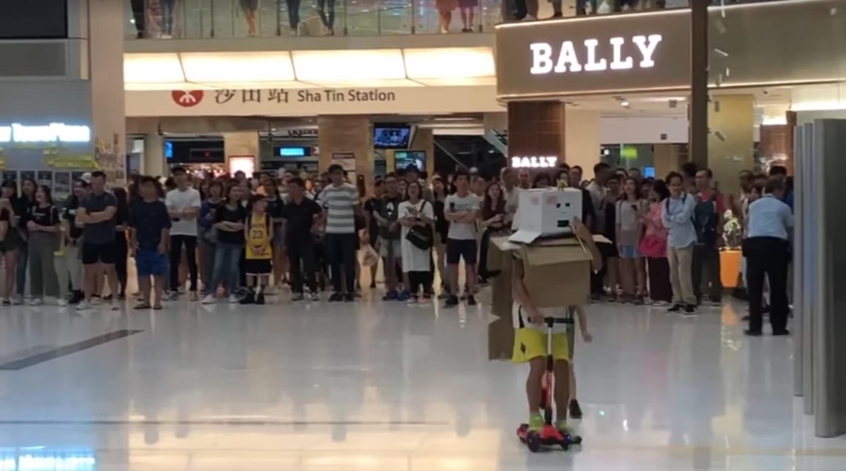 【修例风波】屯门沙田太古城有反修例人群聚集唱歌叫口号