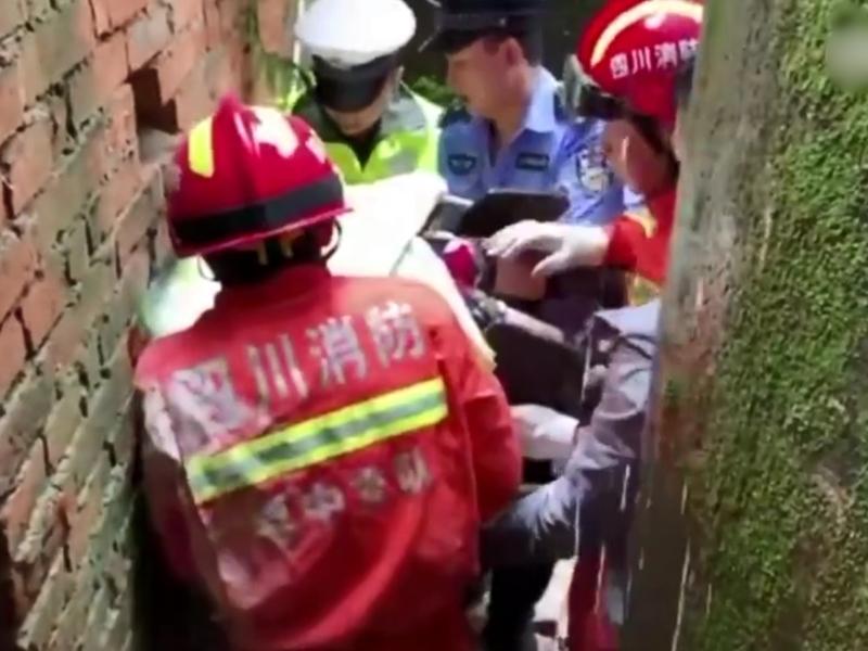 四川居民楼后山发生山泥倾泻 50多户居民全部安全撤出