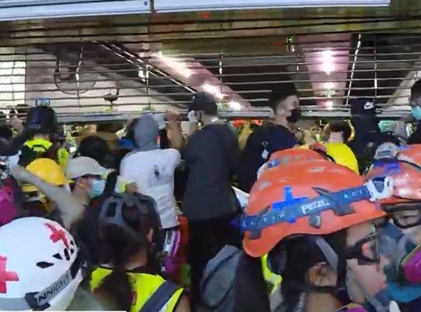 【修例风波】示威者拉起铜锣湾站铁闸 警祟光百货外射催泪弹