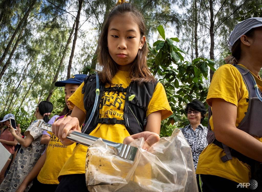 12-year-old Lilly wages 'war' on plastic in Thailand