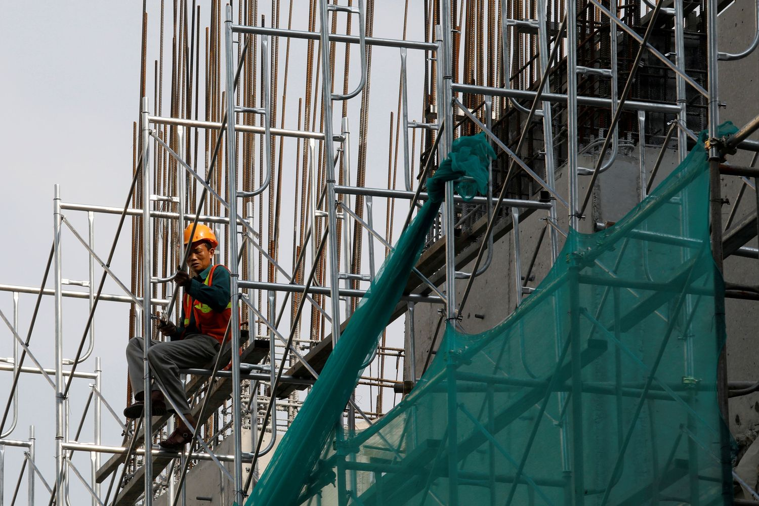 Vietnam cuts rates to support growth