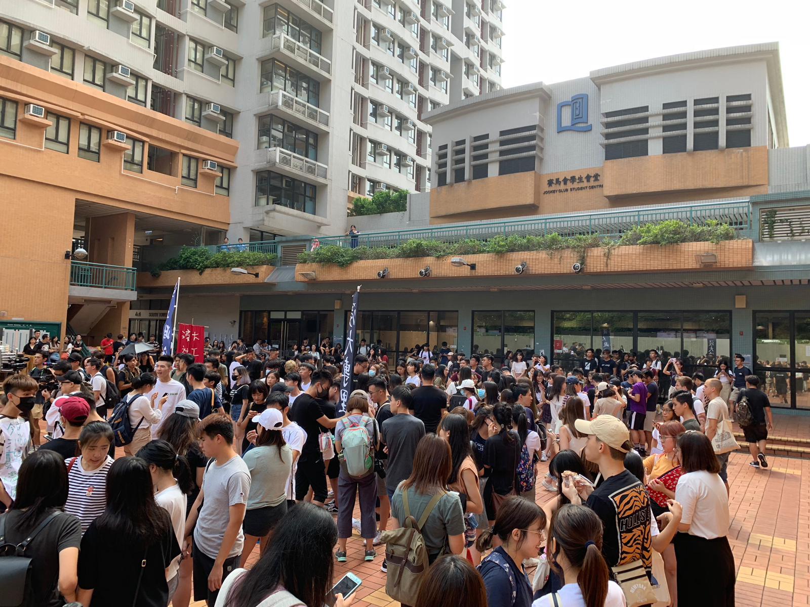 【修例风波】浸大生校内游行声援被捕学生记者 包围校长室要求见钱大康