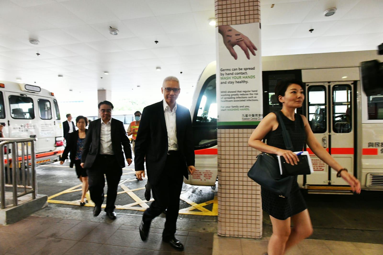 【港铁出轨】1男4女不适送院 港铁主席欧阳伯权前往医院探望