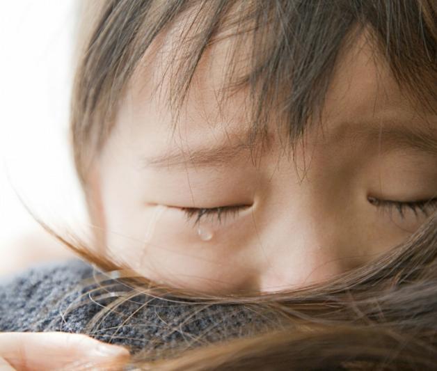 人贩子抱起孩子准备跑,孩子说了四个字救了自己,家长要教会孩子