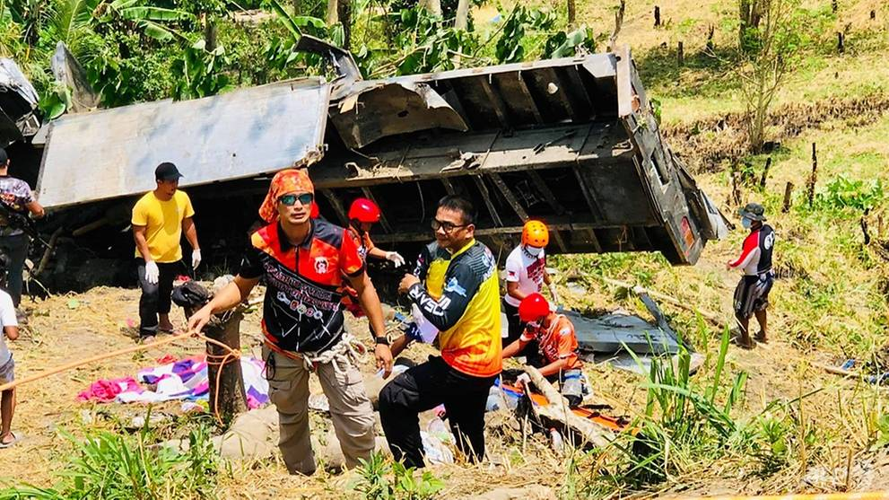 15 killed as truck plunges down ravine in Philippines