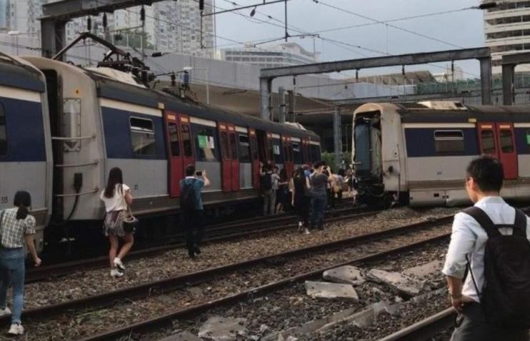 港铁列车出轨撞向另一列车 传有乘客受伤