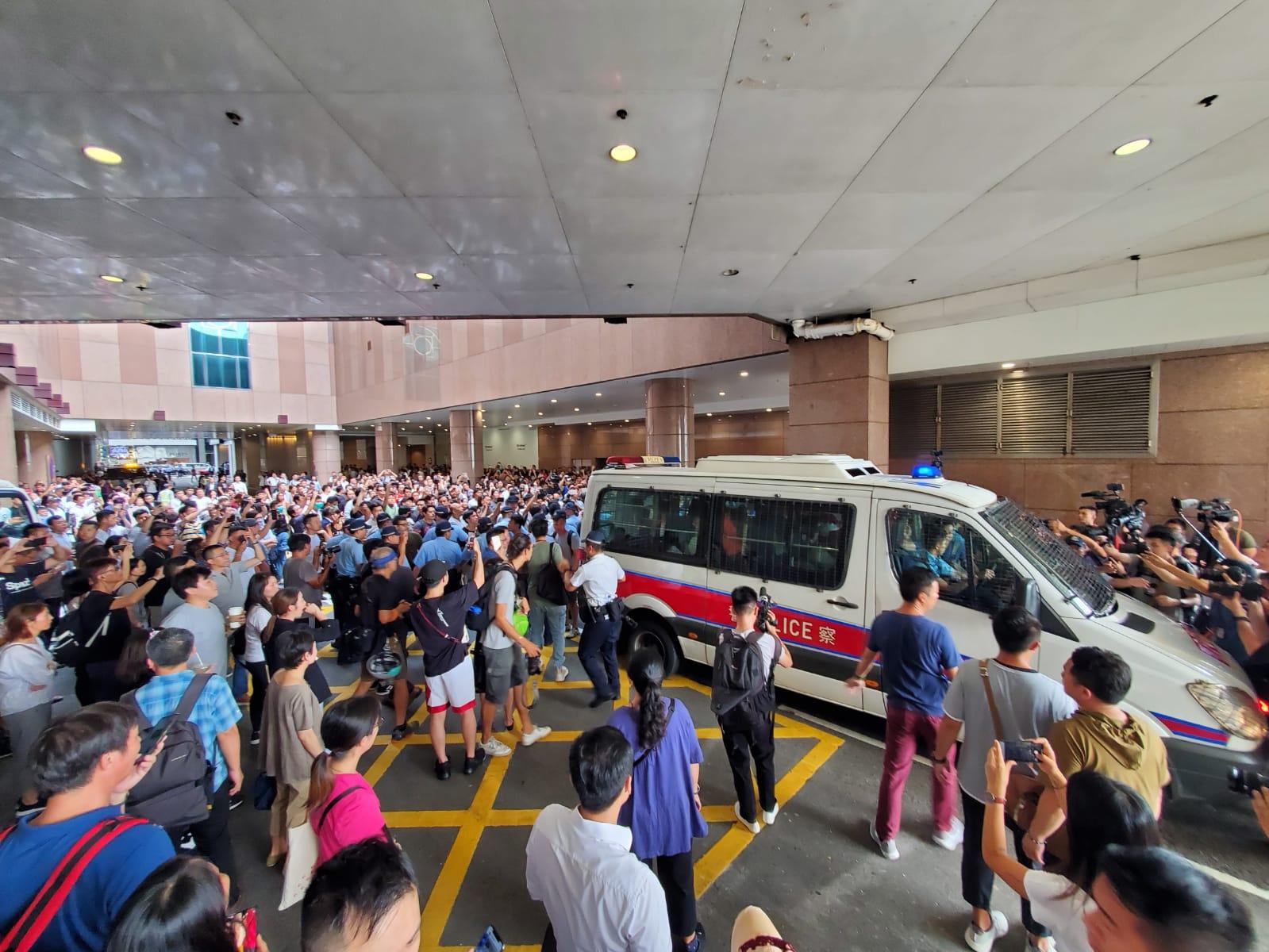 尖沙嘴唱国歌游行爱国人士被市民包围 警方护送上警车离开
