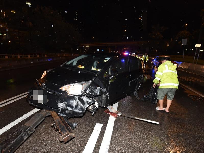 私家车告士打道撞壆翻侧 两人受伤