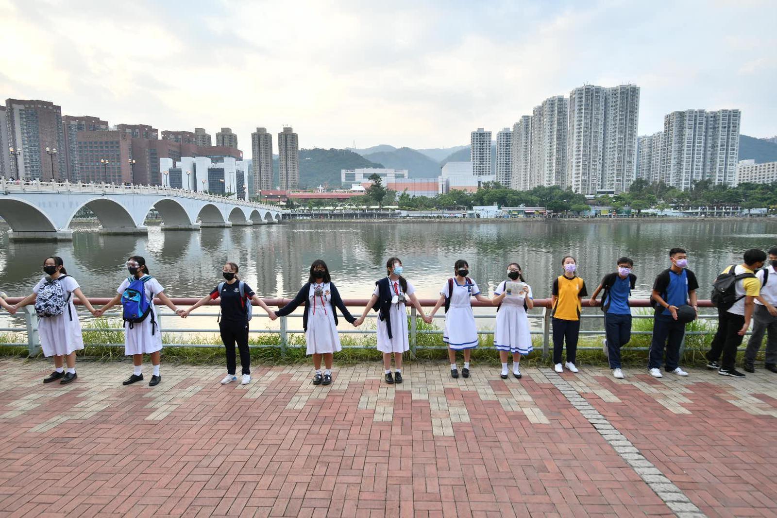 【修例风波】网民发起沙田联校人链活动 多名学生参与