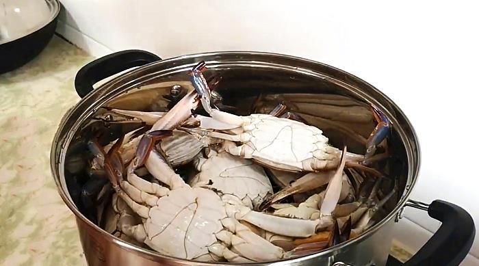 蒸螃蟹时,掉腿又流黄怎么办?大厨教你一招,保证不掉腿不流黄
