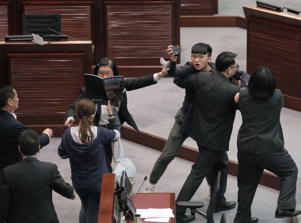 【国歌法】众志3人涉违立会权力条例 拒认罪押明年审