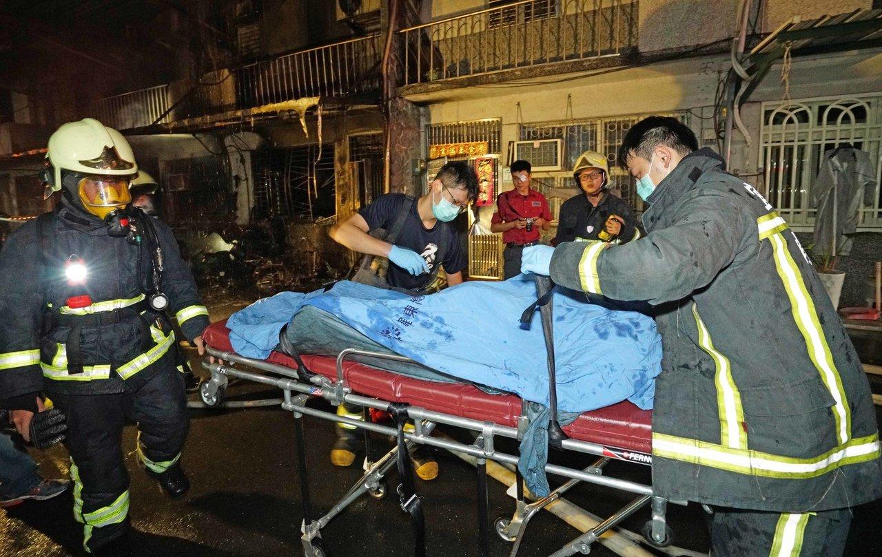 台电单车起火波及民居 酿2死5伤