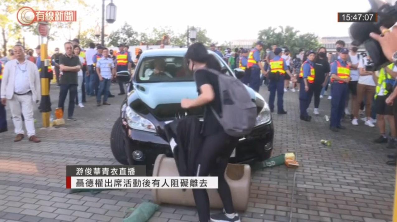 【修例风波】示威者青衣包围聂德权座驾 硬物掷爆挡风玻璃