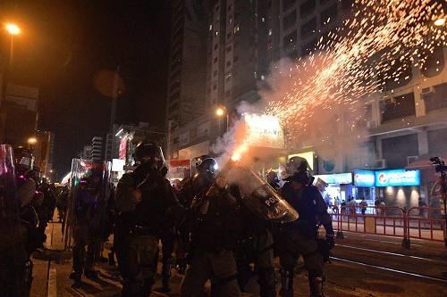 网民号召再堵香港机场 警严阵部署水炮车戒备