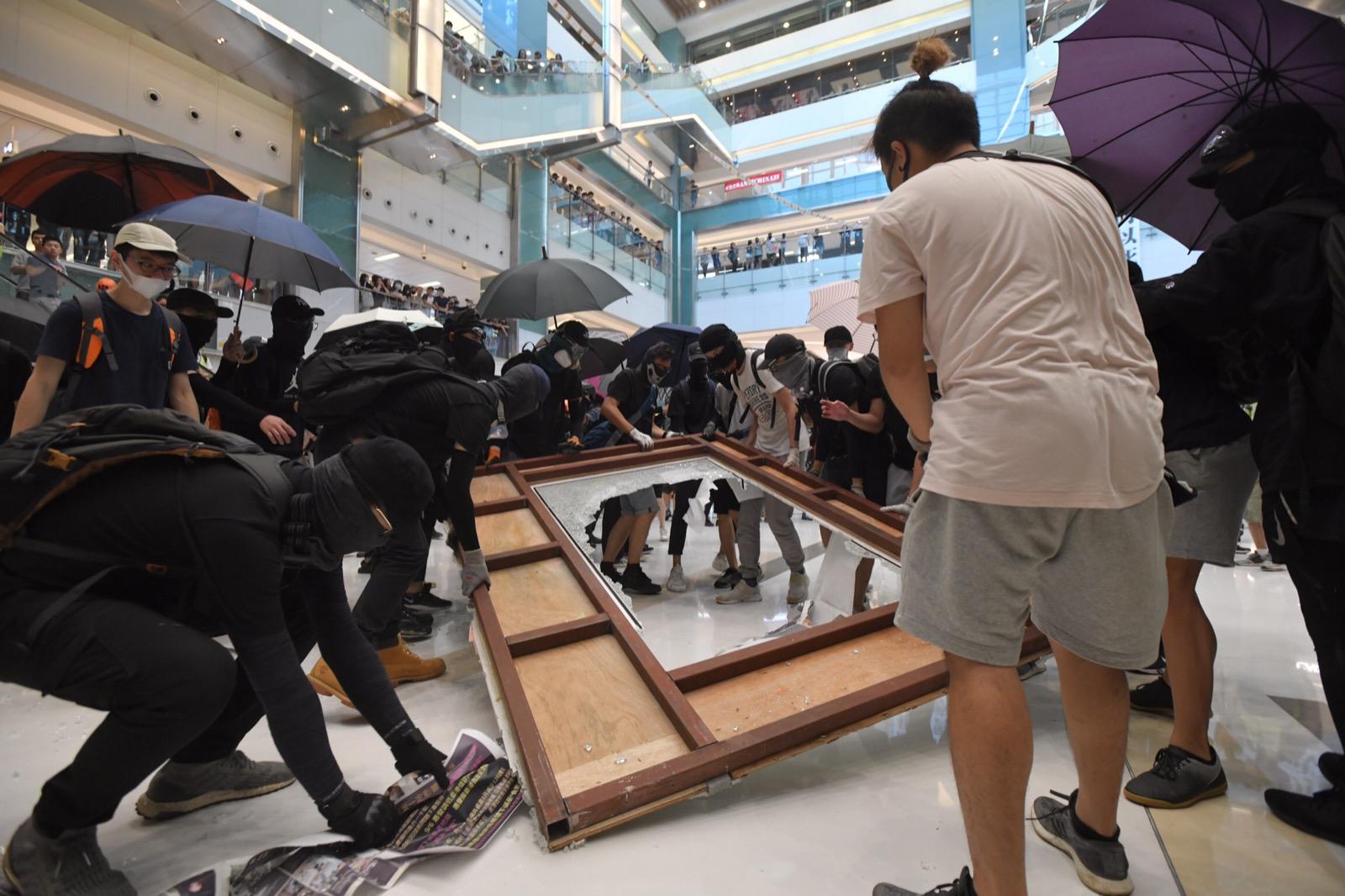 【修例风波】示威者破坏新城市广场设施 新地强烈谴责滋扰租户顾客