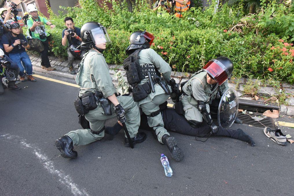 【修例风波】斥警默许前缐骂示威者「曱甴」 民权观察:助长以仇恨方式执法
