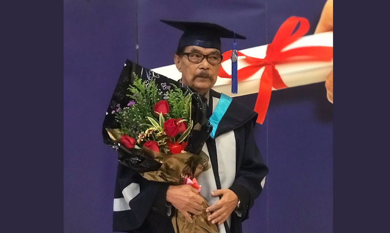 87-year-old Malaysian granddad graduates with degree, inspires many youth