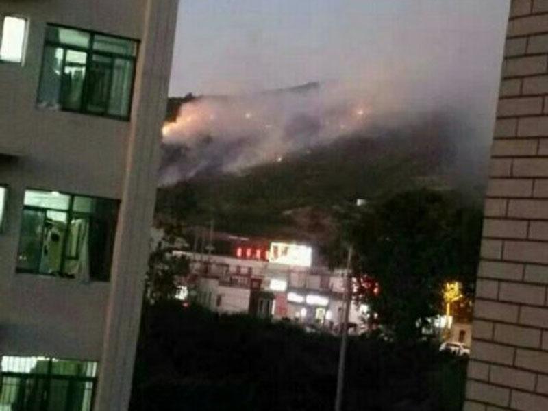 江苏连云港市花果山突发山火 未造成人员伤亡