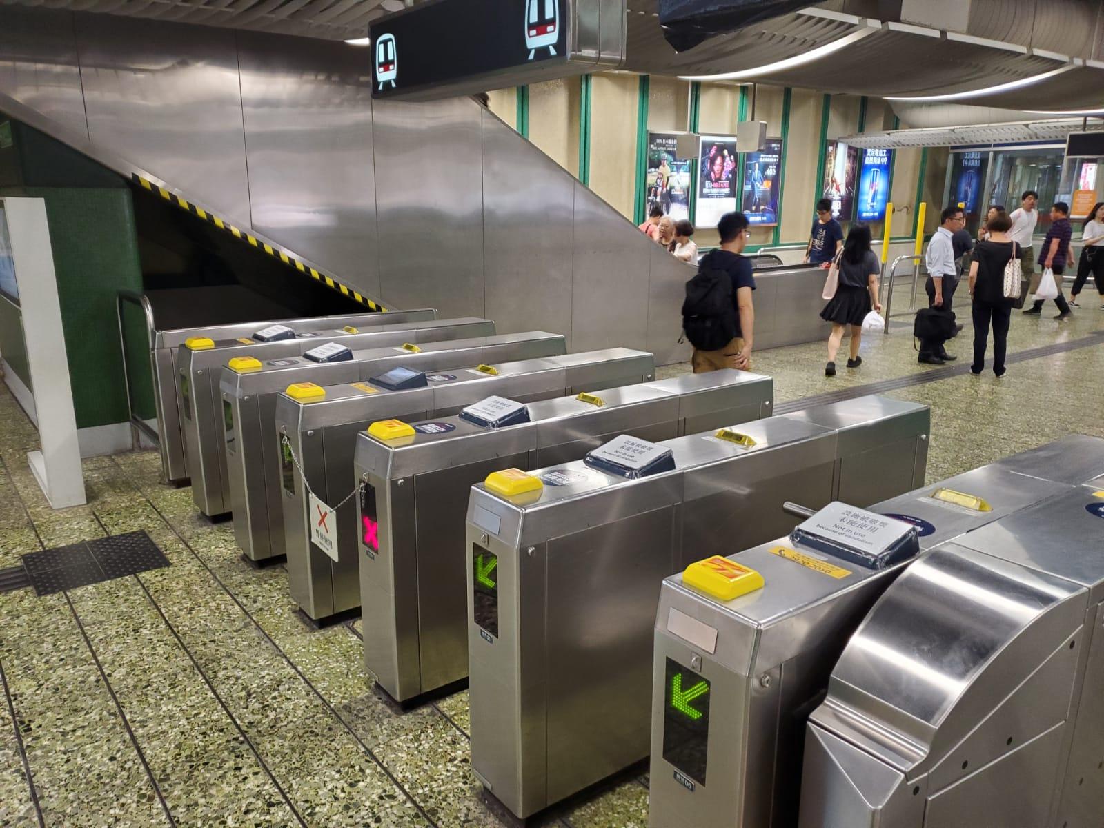 【修例风波】葵芳站设施受损 CCTV被毁部分售票机被封起