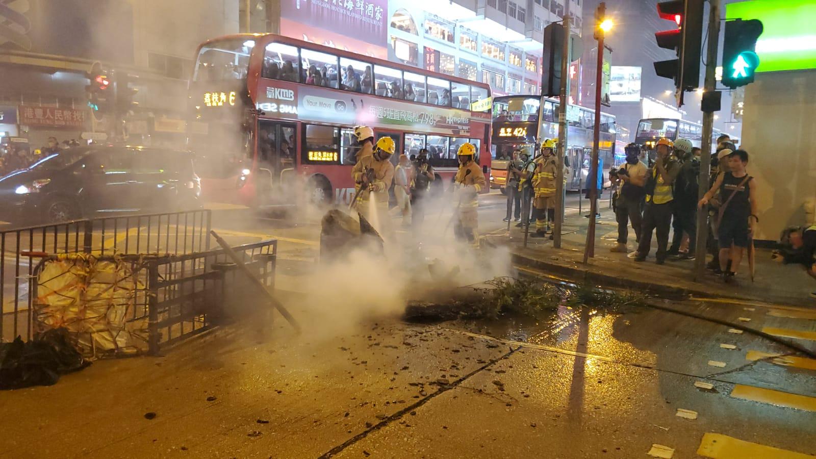 【修例风波】示威者旺角警署外纵火 遭逾百防暴警驱散(多图有片)