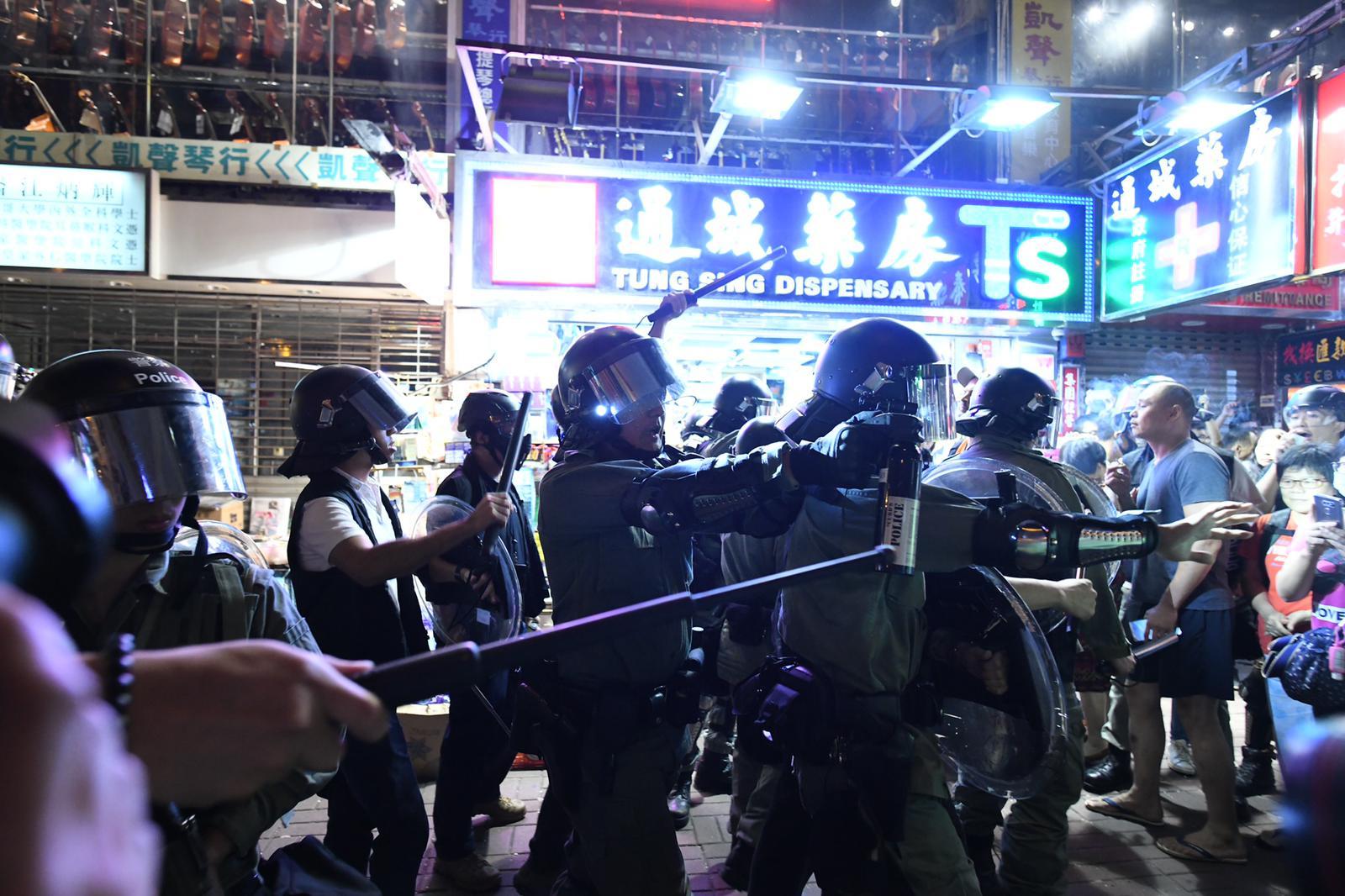 【修例风波】警旺角开枪清场 疑有女警员乔装示威者拉人