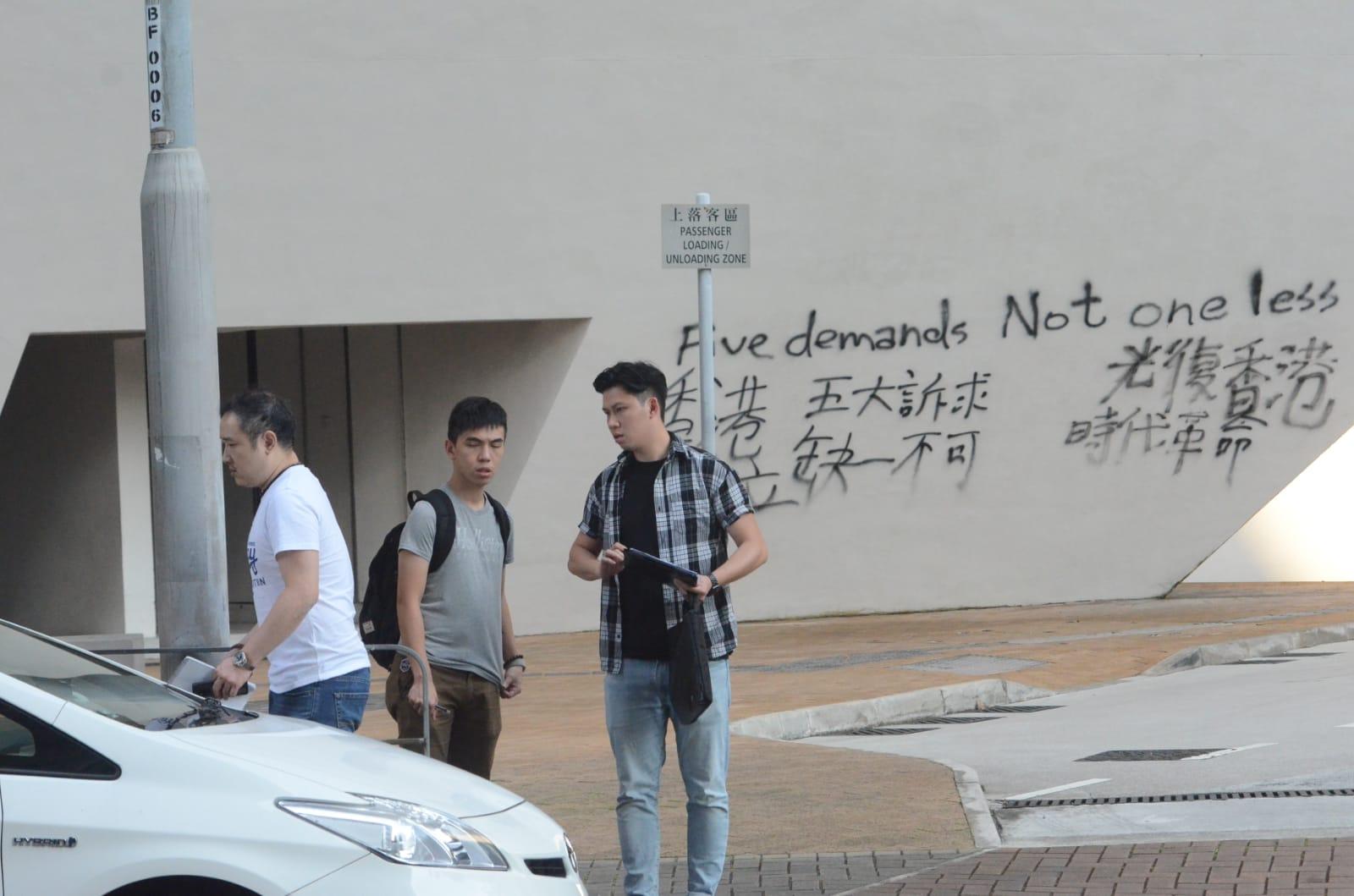 4男女城大创意媒体中心涂鸦 女保安阻止被喷面