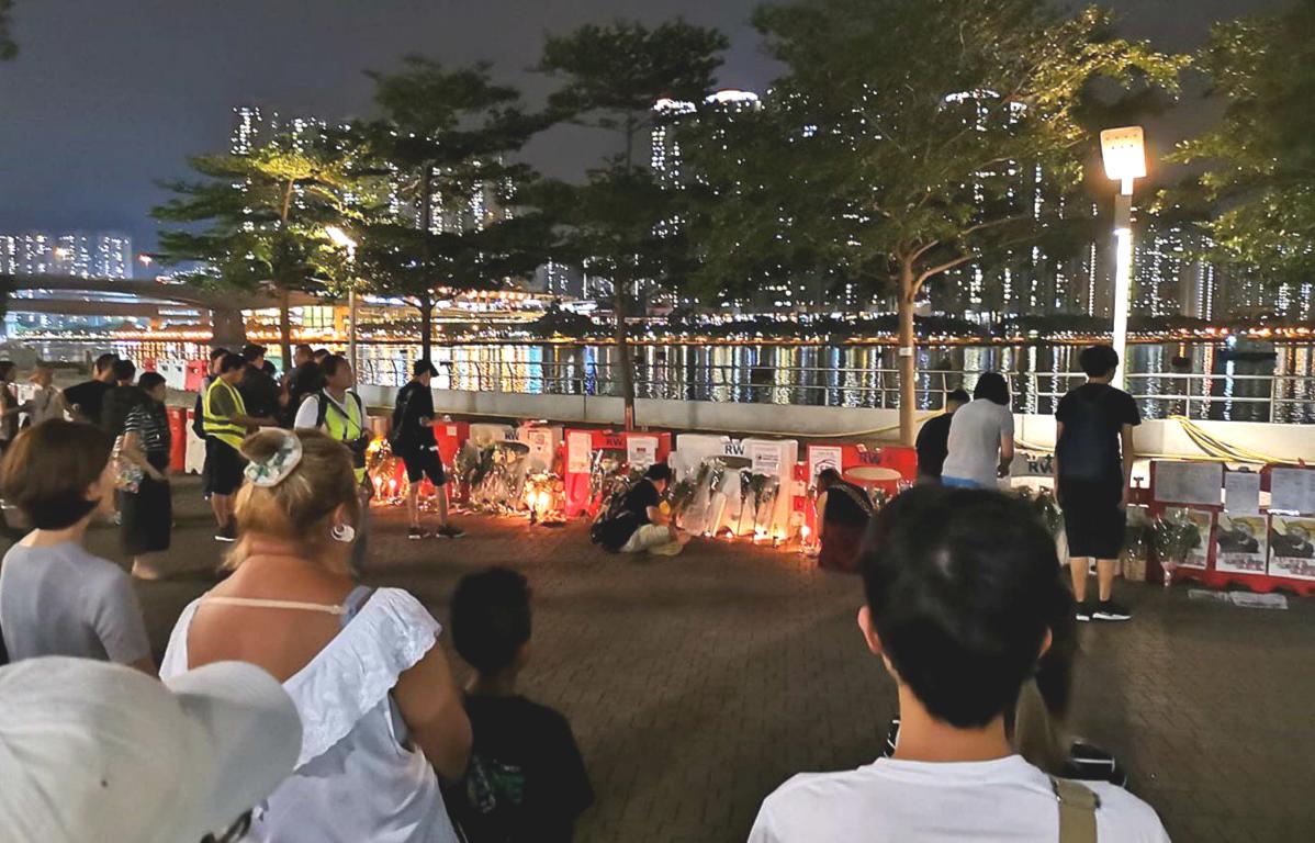警方指荃湾28岁浮尸男案件无可疑 黑衣市民公园烧衣拜祭献花