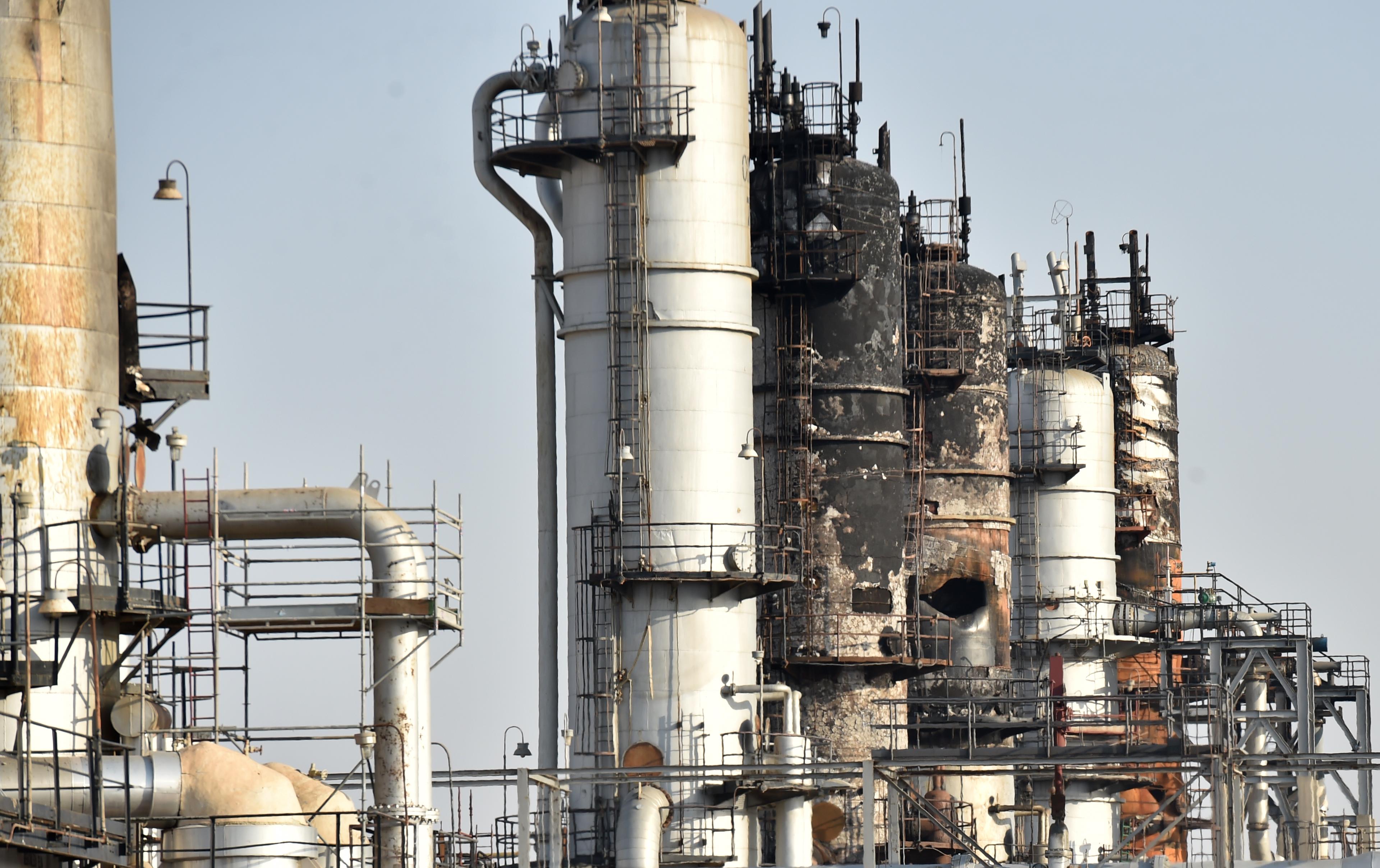 沙特阿拉伯一油库被炮弹击中后失火