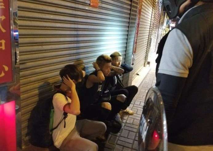 港防暴警旺角警署外清场 拘捕至少10男女