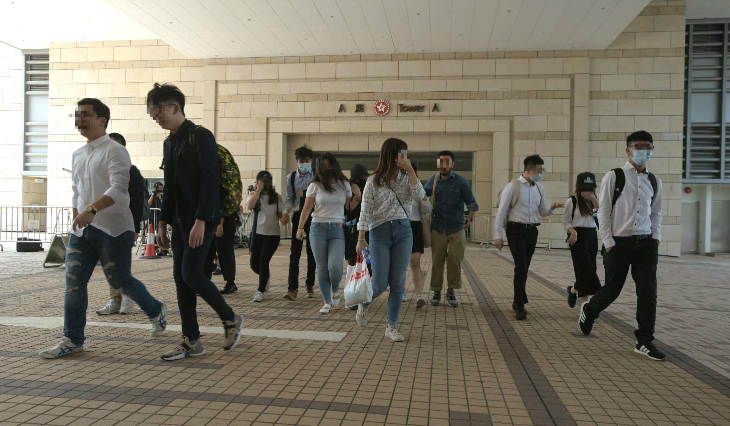 【上环冲突】涉暴动罪16人获取消宵禁令 22岁女离港缺席聆讯遭法庭通缉