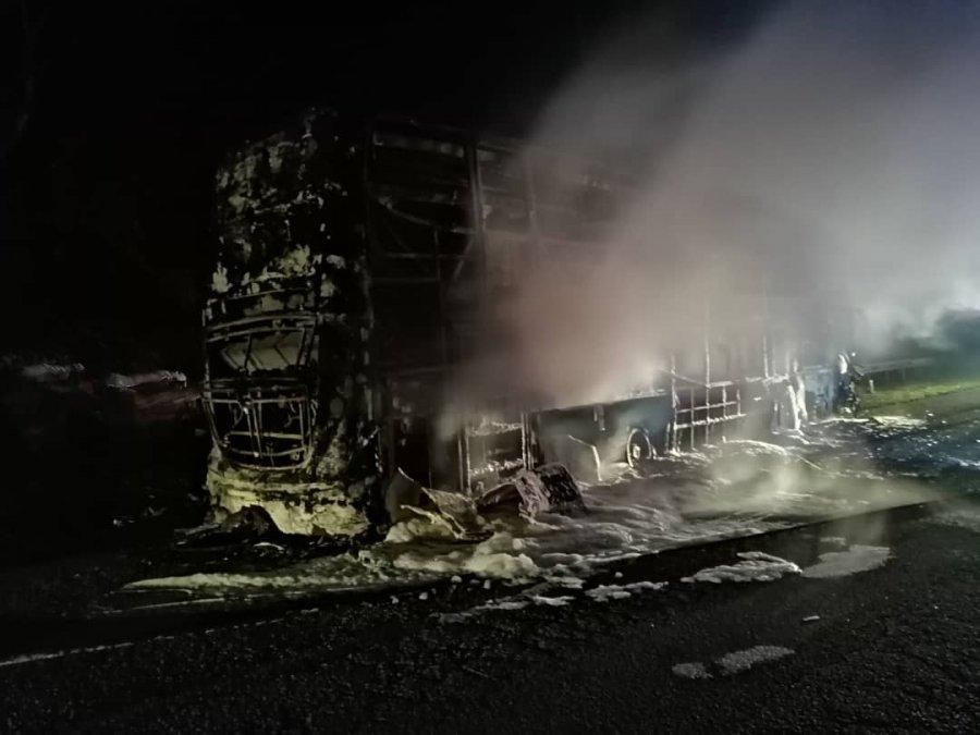 旅游巴士轮胎突爆胎着火 乘客下车安全逃生