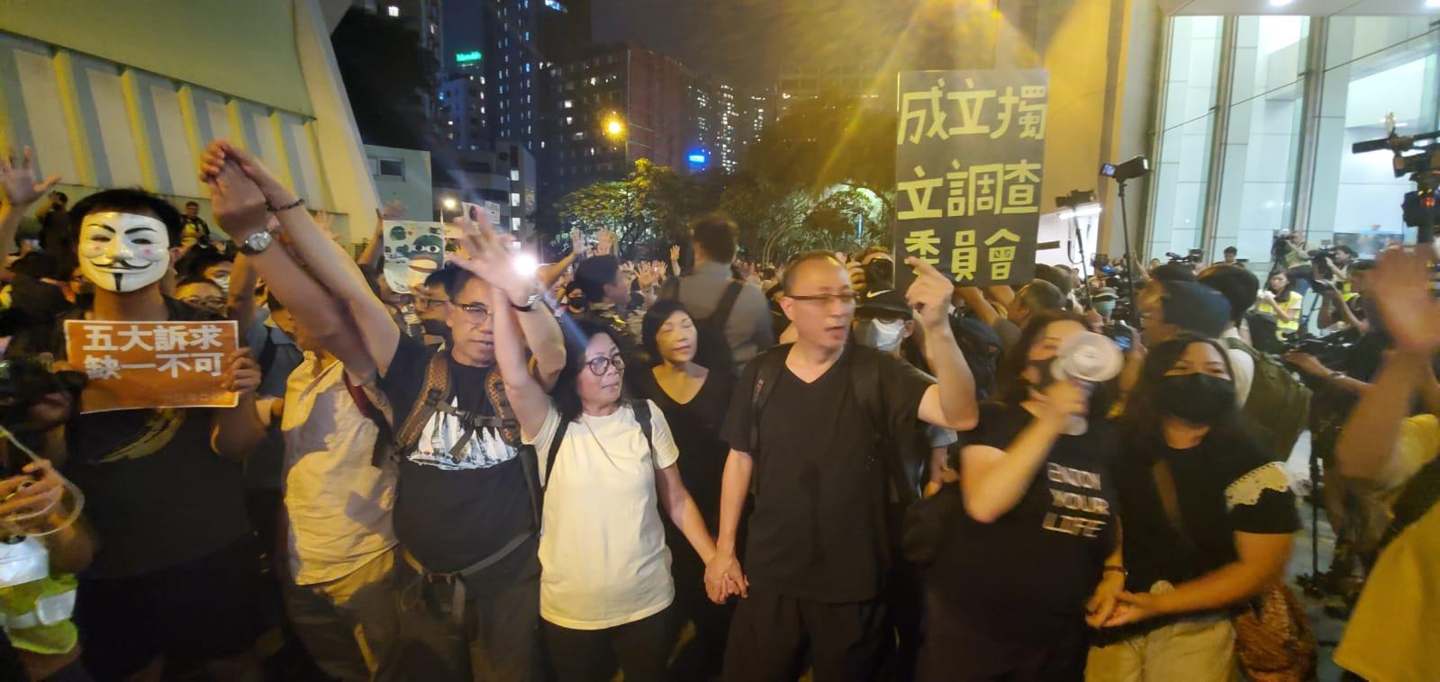 【修例风波】伊馆外不少示威者为中年人 社民连促林郑兑现承诺下台