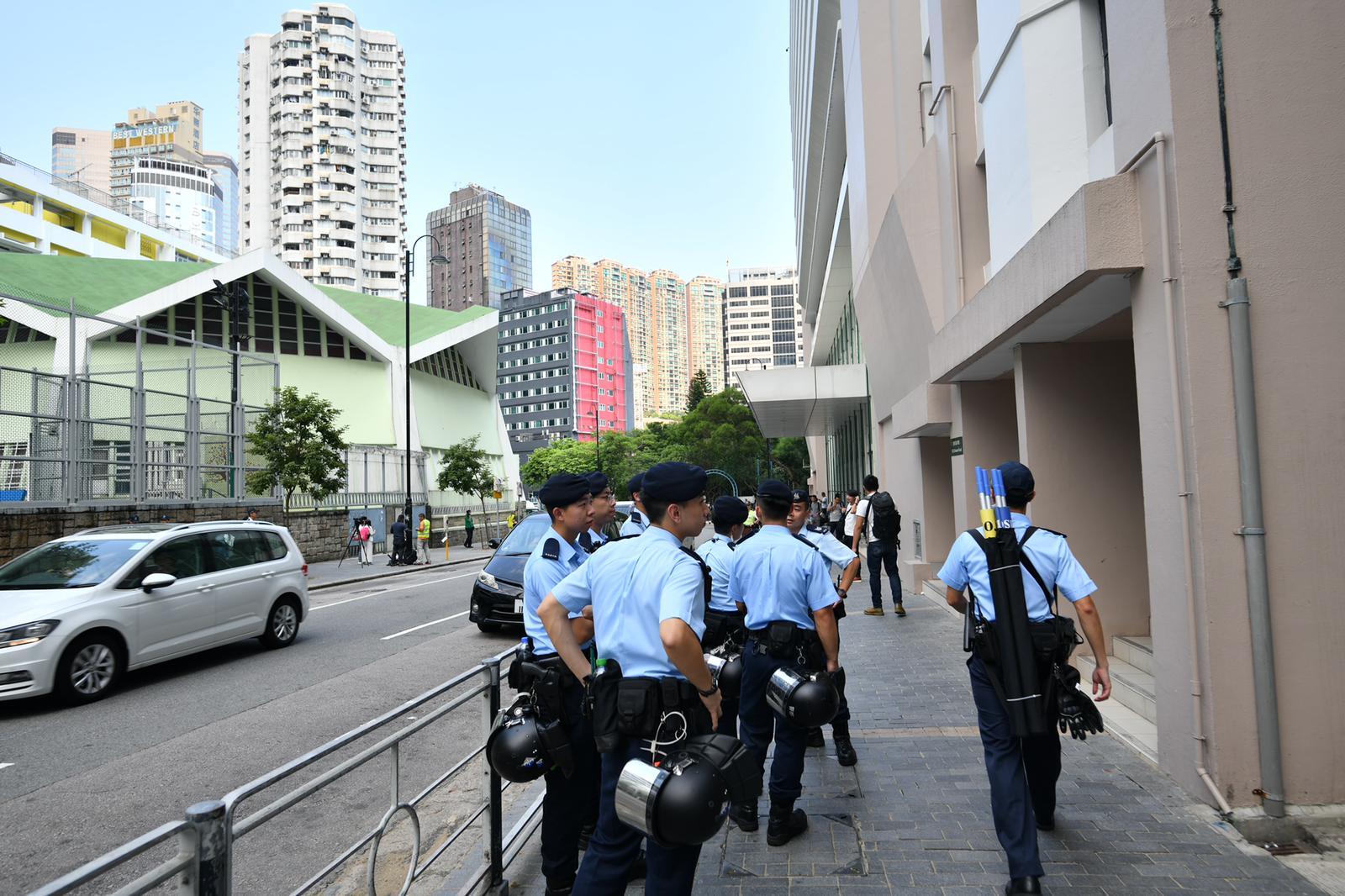 【修例风波】伊馆外围大批警察巡逻 警员配备防暴弹药胡椒水剂