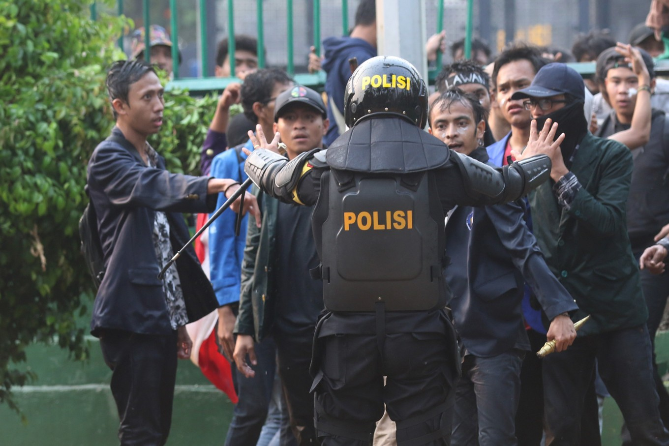 Officers equipped with guns during deadly student protest in Kendari facedisciplinary actions