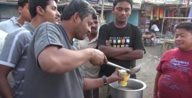 """中国方便面在印度走红,为吃方便面也是""""拼""""了,专门学习用筷子"""