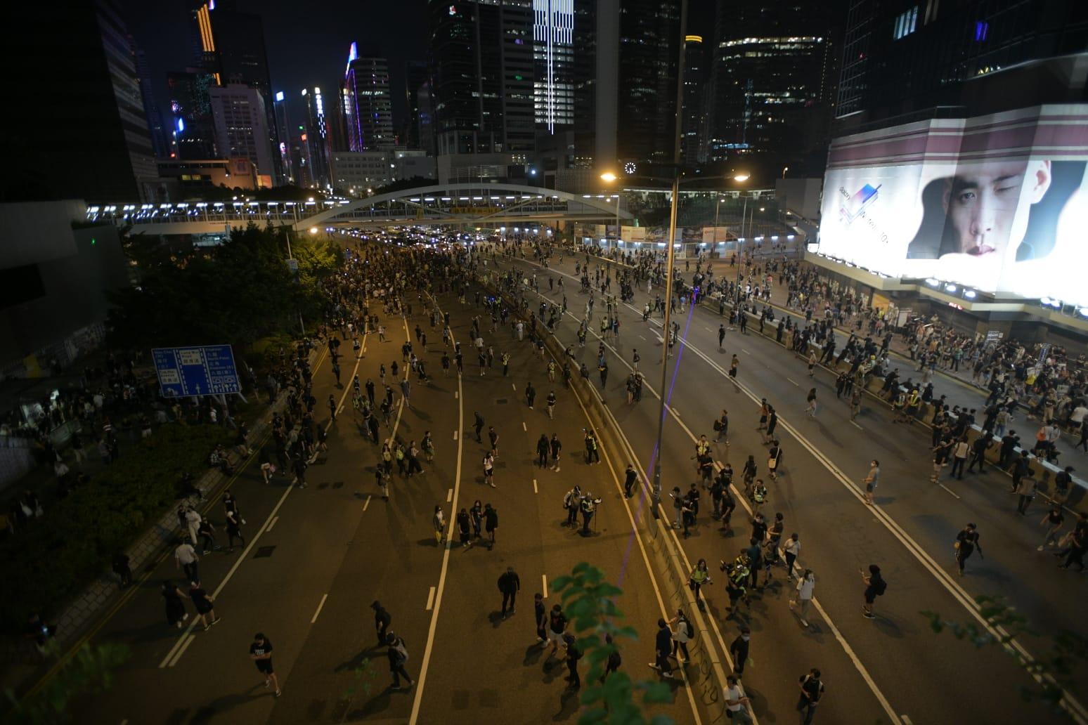 【修例风波】示威者堵塞告士打道夏慤道龙和道 现场交通受阻