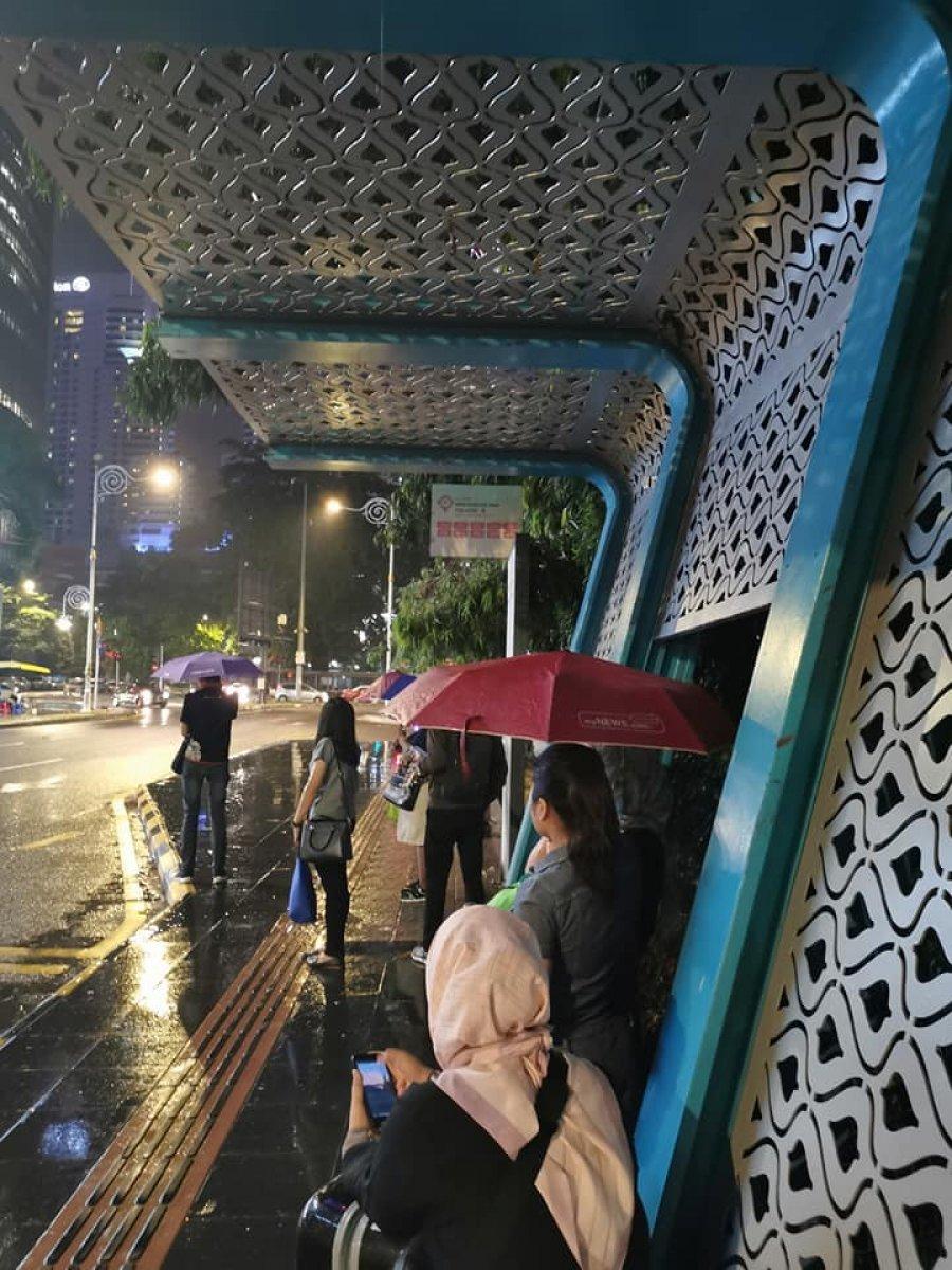 镂空造型巴士站引热议 隆市局:未建好